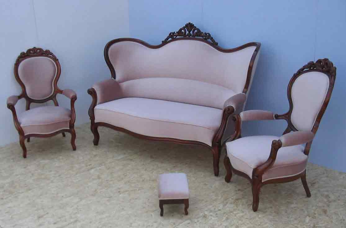 Antikes Sofa mit zwei Sesseln und Fussbank